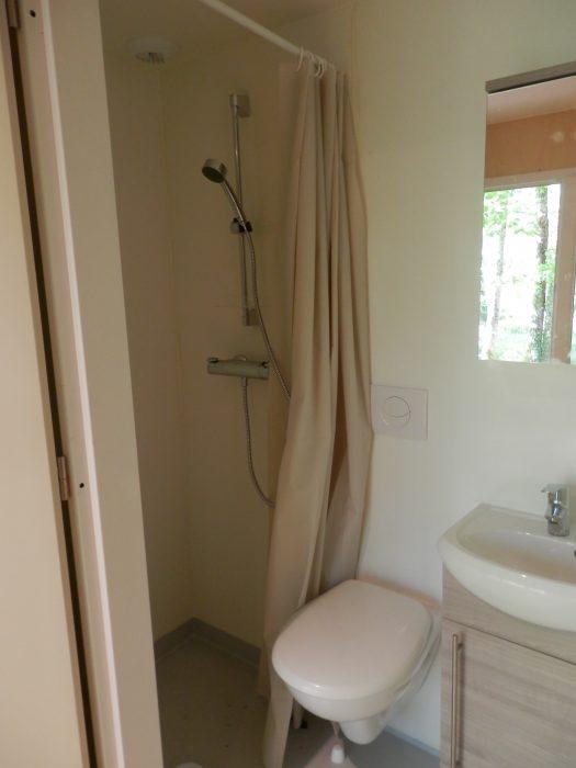 une salle d 39 eau pr fabriqu e tout confort dans une structure en bois habitanova. Black Bedroom Furniture Sets. Home Design Ideas