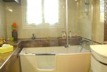 Exemple de réalisation d'uncombiné bain-douche Saniku Duo Compact à Plougoumelen