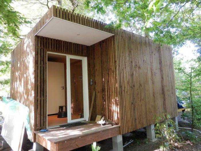Salle d'eau en kit dans maison en bois